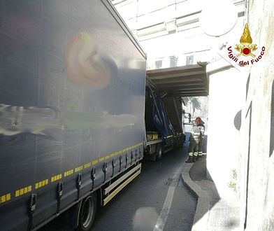 Polska ciężarówka utknęła pod wiaduktem w Genui