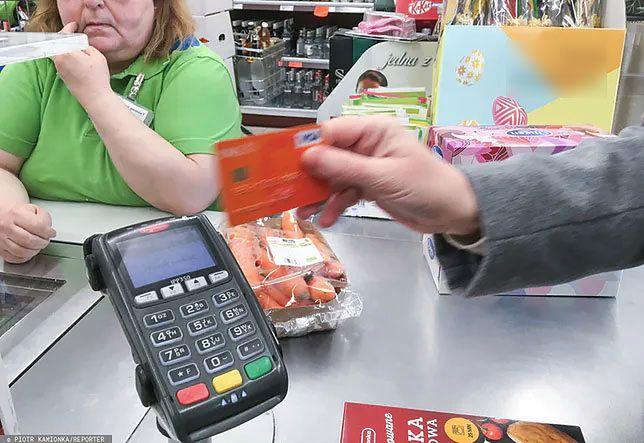 Kraków. Emerytka znalazła kartę płatniczą i zapłaciła nią 771 razy.