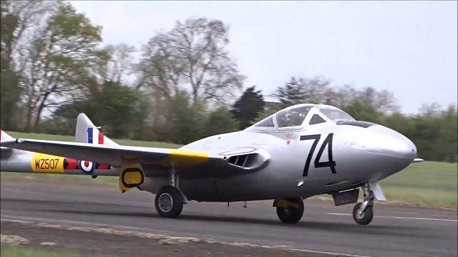 Zabytkowy samolot zerwał asfalt na pasie startowym