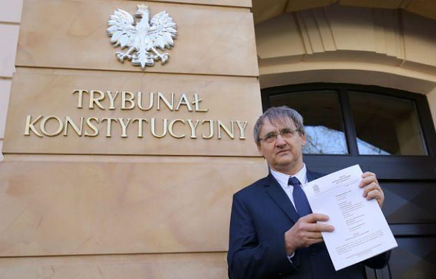 Maciej Hamankiewicz prezentuje wniosek zaskarżający pakiet onkologiczny i kolejkowy