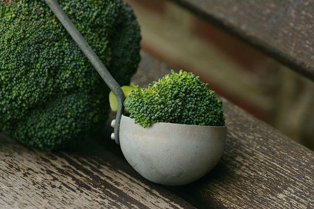 Czas przeprosić się z brokułem. Ma tyle białka co filiżanka ryżu i znacznie mniej kalorii