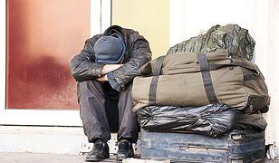 """""""Dzień dobry, czy wszyscy żyją?"""". Caritas i Straż Miejska pomagają chorym bezdomnym"""