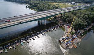 Tymczasowy rurociąg na moście pontonowym przez Wisłę w pobliżu Mostu Północnego w Warszawie