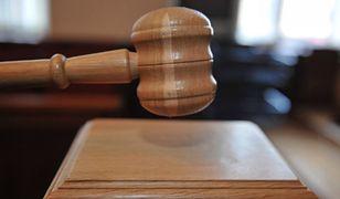 Miechów: Mężczyzna rozsypał biały proszek podczas swojej rozprawy. Twierdził, że to wąglik