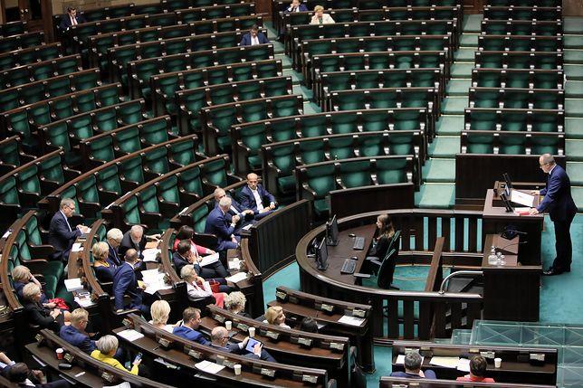 Puste ławy Sejmu podczas sprawozdania z pracy Rzecznika Praw Obywatelskich Adama Bodnara.