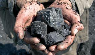 Wypadek podczas kopania węgla w biedaszybie. Mężczyzna walczy o życie