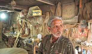 Pan Raj Kishore Sharma w swoim warsztacie. On już wie, jak trzeba zrobić Próg