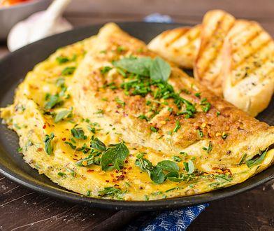 Omlet na słono. Jak przygotować pożywne i szybkie śniadanie? Pierwszy posiłek nie musi być nudny