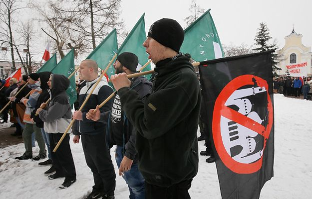 """Demonstracja antyimigrancka, zorganizowana przez Ruch Narodowy, Stowarzyszenie Rodzin """"Polska Pamięć i Tożsamość"""" i ONR"""