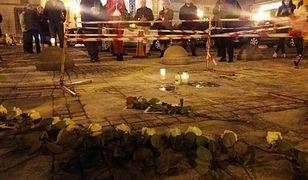 Podpalił się przed PKiN. Ulicami stolicy przejdzie marsz pamięci Piotra Szczęsnego