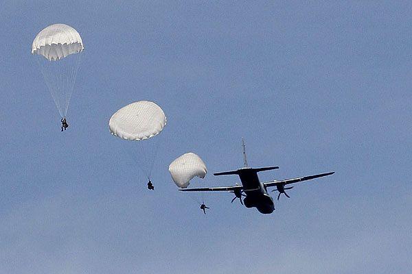 Ćwiczenia wojskowych spadochroniarzy - zdjęcie archiwalne