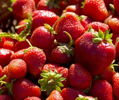 Nie wyrzucaj szypułek i liści truskawek. Poprawiają zdrowie i wygląd