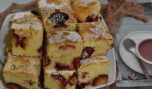 Przepis na puszyste ciasto budyniowe ze śliwkami. Zniknie do ostatniego okruszka