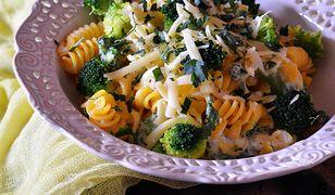 Makaron z sosem serowym i brokułami. Szybki obiad