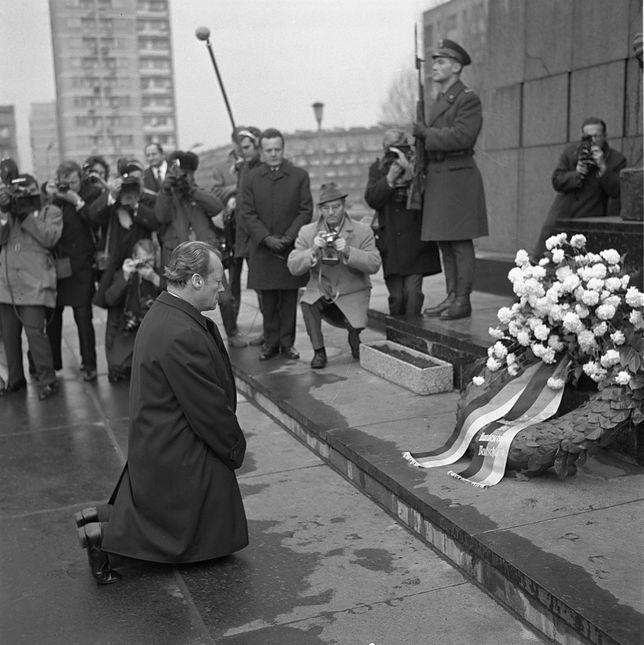 7 grudnia 1970 roku kanclerz Niemiec Willy Brandt, podczas pierwszej oficjalnej wizyty w Polsce uklęknął przed pomnikiem Bohaterów Getta (PAP,  Stanisław Czarnogórski)