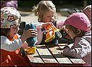 Przedszkolaki podczas zabawy na dworze.