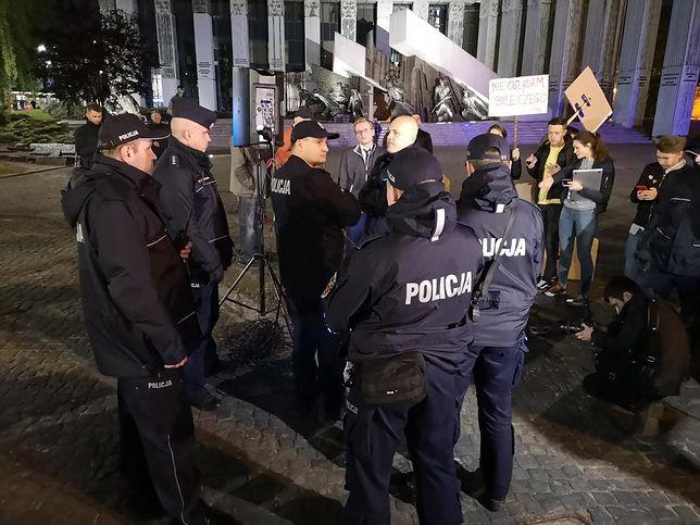 """Policja zablokowała projekcję filmu """"Tylko nie mów nikomu"""" na fasadzie budynku Katedry Polowej Wojska Polskiego"""