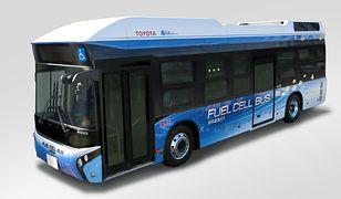 Wodorowy autobus Toyoty na ulicach Tokio