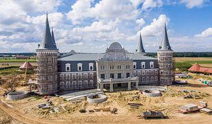 Hotel niczym pałac. W Katarzyninie powstaje nietypowa budowla