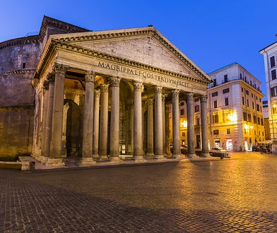 Rzym. Wyrwa w chodniku odsłoniła starożytne płyty