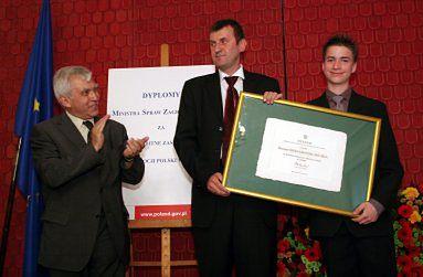 Marek Kamiński i Jaś Mela odbierają nagrodę od ministra Rotfelda