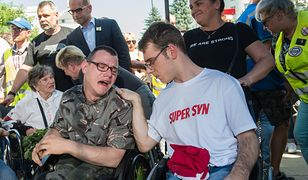 Po 40 dniach rodzice osób niepełnosprawnych zawieszają protest w Sejmie. Na fot. Adrian Glinka i Jakub Hartwich