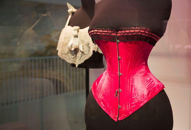 """Wystawa """"Undressed"""" w londyńskim muzeum Victoria&Albert"""