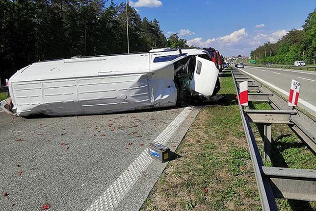 Wypadek pod Tomaszowem. S8 zasypały truskawki