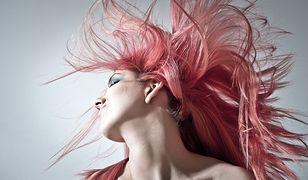 Rozpuszczona damska fryzura, różowe włosy