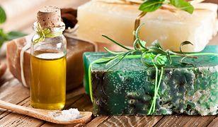 Kosmetyki organiczne DIY, takie jak kostka mydła, można wzbogacić o dowolne oleje i oliwy