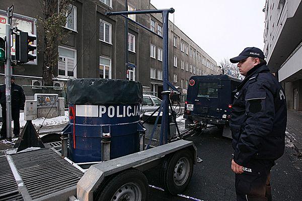 Policja w miejscu, gdzie doszło do ataku nożem i wybuchu.