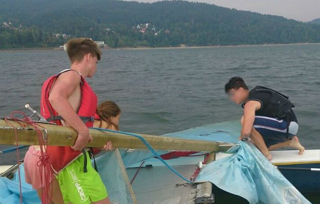 """Motorowodniacy uratowali 20-latka na jeziorze żywieckim. """"Silny wiatr złamał maszt w katamaranie"""""""