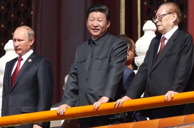 Xi Jinping (na zdjęciu w środku)