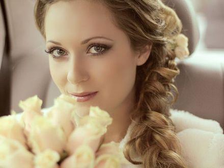 Kwiaty we włosach panny młodej
