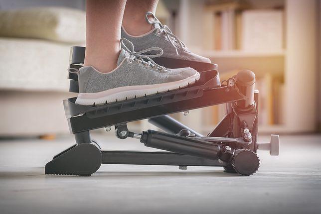 Ćwiczenia na stepie pomagają wzmocnić mięśnie ud, pośladków i brzucha.