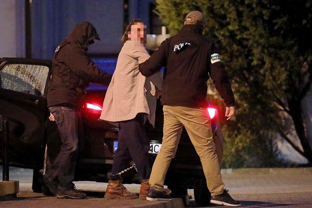 Ojciec Amelki wyprowadzany po przesłuchaniu w prokuraturze