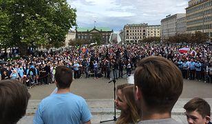 Rafał Trzaskowski przemawiał w Poznaniu. Na placu wielki tłum, PiS i dziennikarze o złamaniu obostrzeń