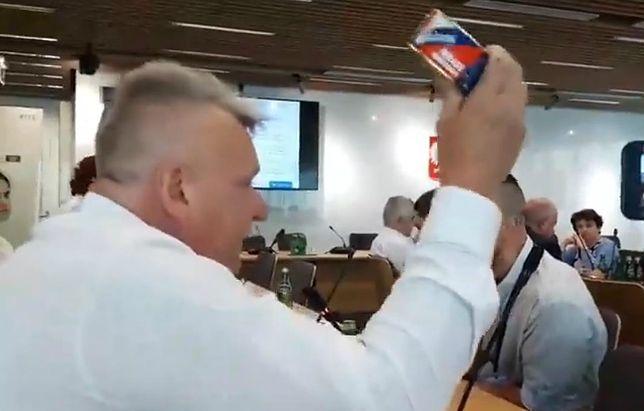 Sejm, awantura o chemię w żywności. Krzysztof Tołwiński pokazuje konserwę mięsną z zawartością zaledwie 30 proc. mięsa.