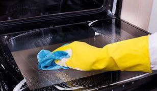Jak wyczyścić szybę piekarnika? Ten prosty trik kosztuje grosze, a działa cuda