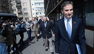 Ambasador USA Paul Jones w drodze do siedziby PiS