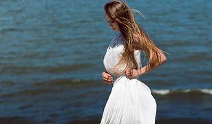 Biała sukienka maxi sprawdzi się podczas romantycznych spacerów plażą