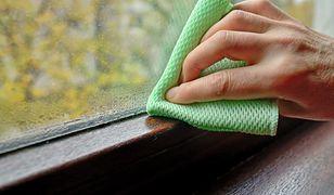 W domach, w których problem z podwyższonym poziomem wilgotności występuje permanentnie, pomocne mogą się okazać klimatyzatory z funkcją osuszania.