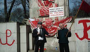 Oblali pomnik czerwoną farbą, za czyszczenie zapłacą warszawiacy. Policja: nie możemy zatrzymać sprawców