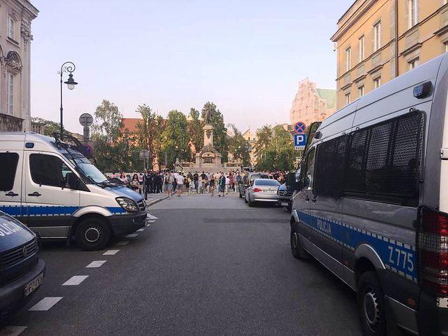 Miesięcznica smoleńska w stolicy. Na czele ochrony stoi były milicjant, jego zastępcą jest zomowiec