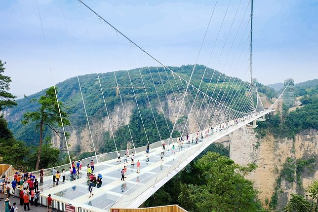 Przed otwarciem mostu inżynierowie przeprowadzili ok. 100 prób bezpieczeństwa i ocenili, że konstrukcja jest w stanie utrzymać ciężar nawet 800 osób