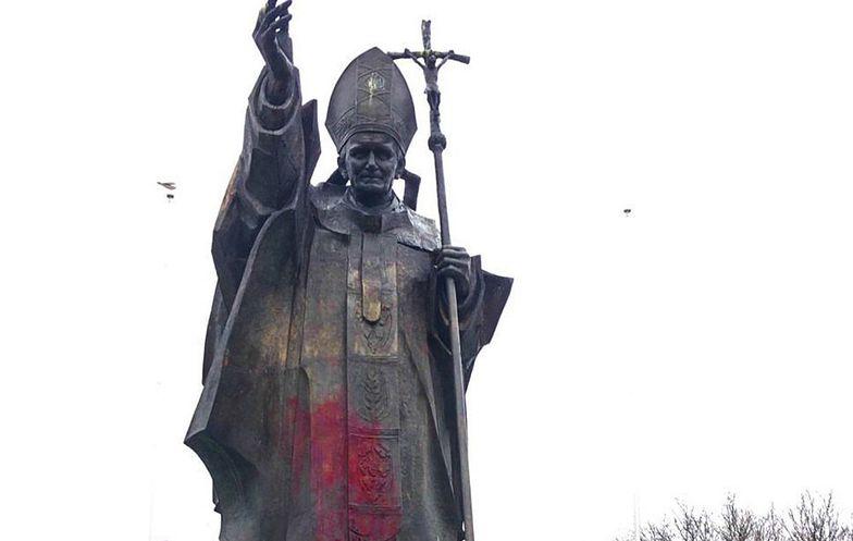 Zdewastowali pomnik papieża Jana Pawła II. Radny zawiadomi prokuraturę