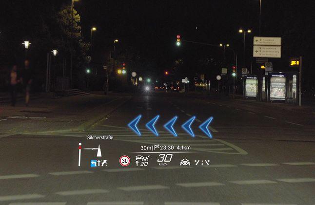 Wskazania z nawigacji mogą być wyświetlane jako strzałki AR, podobnie, jak w grach komputerowych, fot. Mercedes-Benz.