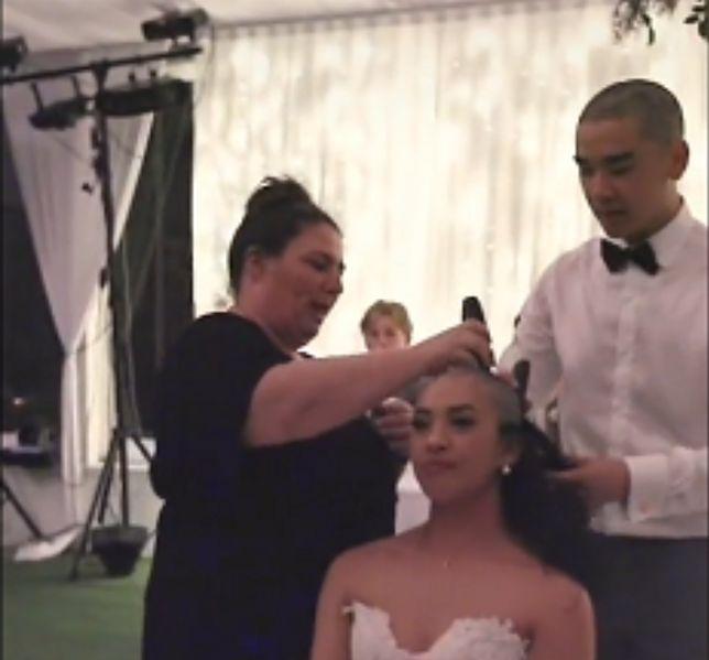 Australia. Nowożeńcy zgolili włosy na własnym weselu. Chodziło o matkę panny młodej