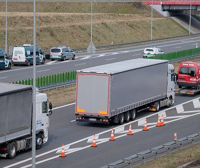 Kolejka samochodów przed punktem kontroli granicznej na autostradzie A1 w Gorzyczkach