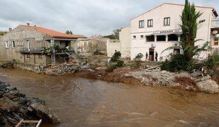Francuscy strażacy sprawdzają uszkodzone domy po ulewnych deszczach i gwałtownych powodziach które nawiedziły departament Aude we Francji